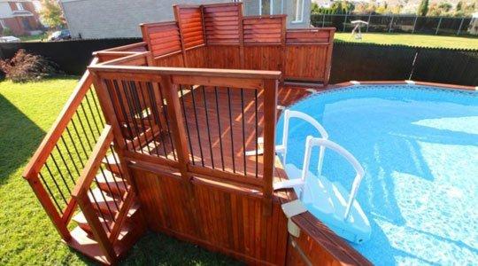 Patio avec deck de piscine hors-terre