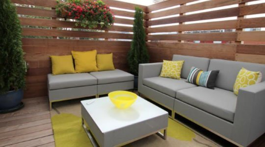 mobilier de patio lounge sur une terrasse sur le toit avec auvent rétractable