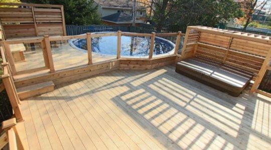 écran d'intimité pour patio avec persiènnes mobiles en bois