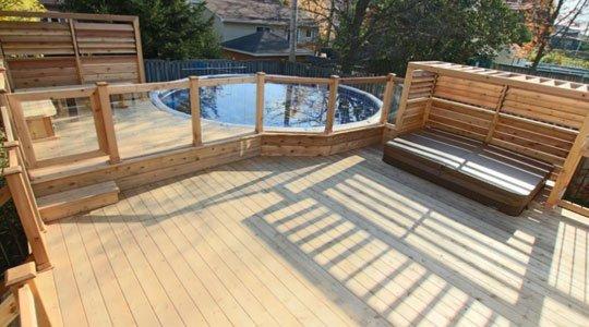 Patio avec piscine hors-terre, intégrée au patio
