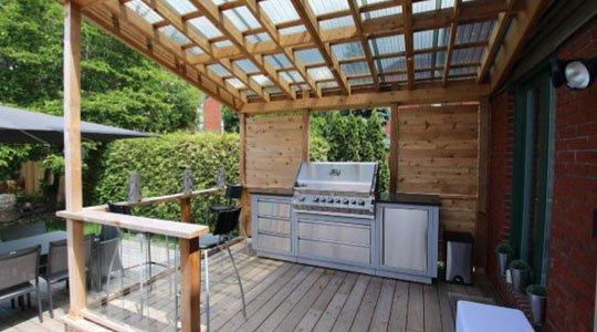 Cuisine extérieure avec barbecue pour patio en bois