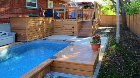 patio en bois avec piscine semi-creusée