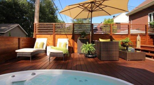 mobilier de patio et écran d'intimité avec SPA pour se relaxer à l'abri des regards