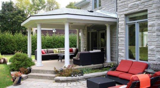 protection Patio avec toit de bardeaux d'asphalte et finitions de plafond