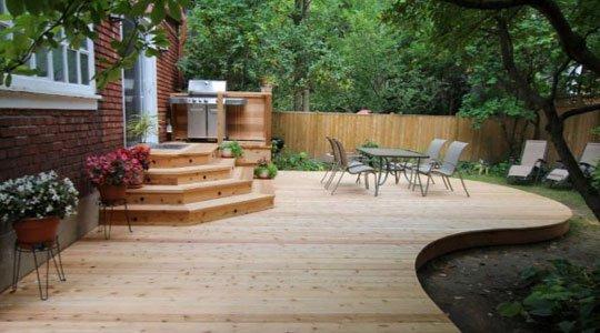 Patio avec clôture en bois pour plus d'intimité