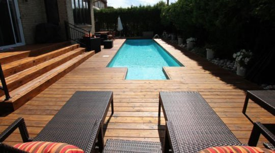 Patio en bois de cèdre intégrant une piscine creusée
