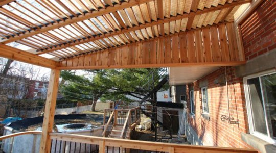 protection patio pergola avec toit en polycarbonate et persiennes mobiles