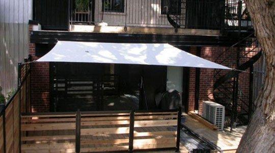 patio avec toile tendue, une solution esthétique