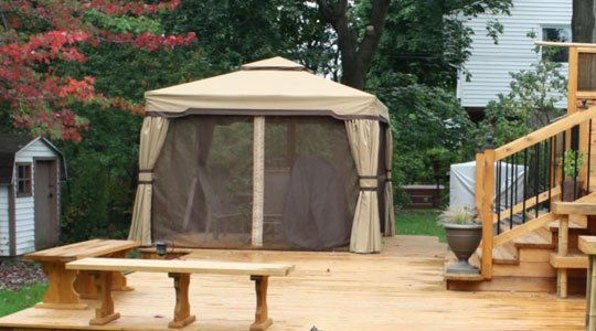 Patio avec gazébo assemblé et sa moustiquaire - Patios et Clôtures Beaulieu