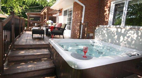 patio spa et terrasse en été